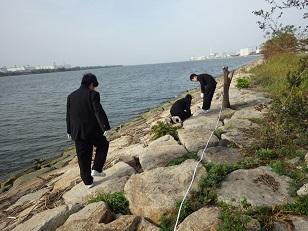 川のゴミをサンプリング調査している所